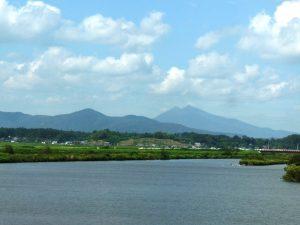 霞ヶ浦に注ぐ恋瀬川と筑波山