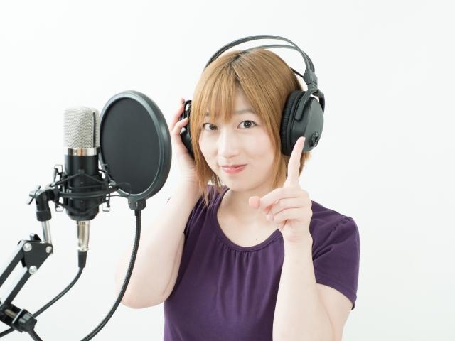 ドラマ音源をレコーディングをする女性声優