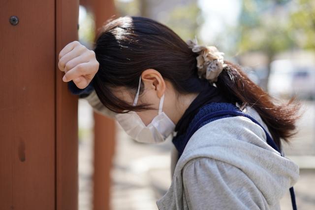 暑い季節にマスクを装着して熱中症になる