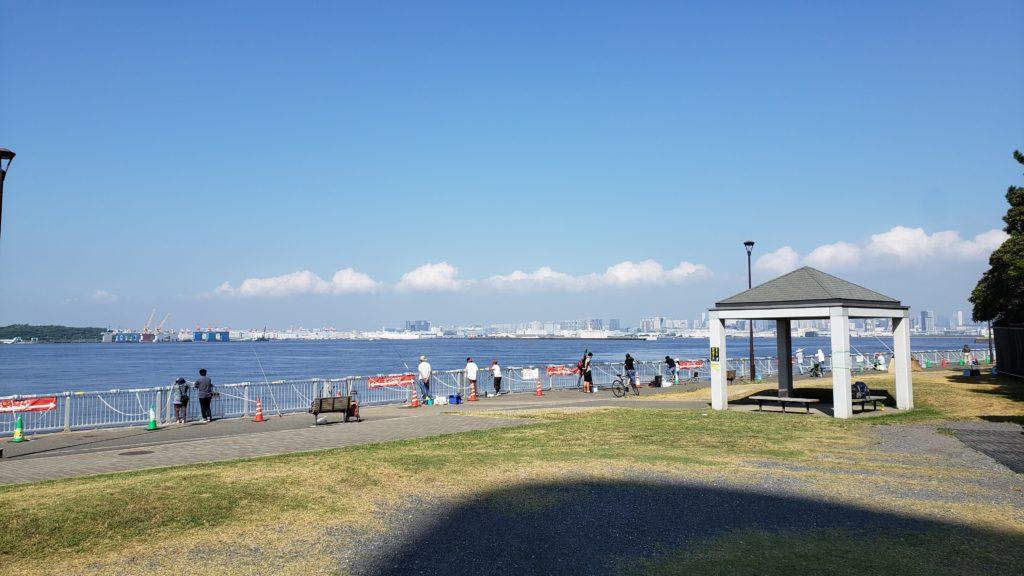若洲海浜公園手すり釣り場の人の数